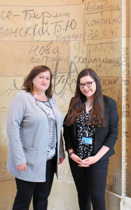 MdB Marianne Schieder mit ihrer Praktikantin Vanessa Abboud vor den sog. russischen Graffitis im Reichstagsgebäude.