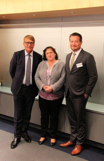 Die SPD-Abgeordneten Uli Grötsch (rechts) und Marianne Schieder mit dem Bahnvorstand Ronald Pofalla. (Bild: SPD-Landesgruppe Bayern, Arno Wallner)