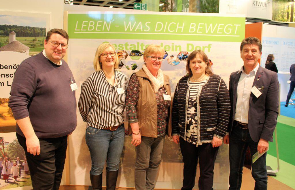 MdB Marianne Schieder (2. von rechts) diskutierte mit dem Diözesanvorsitzenden Max Hastreiter, Elisabeth Gassner, Christine Reitinger und Pfarrer Udo Klösel (v.r.n.l.) von der Katholischen Landvolkbewegung