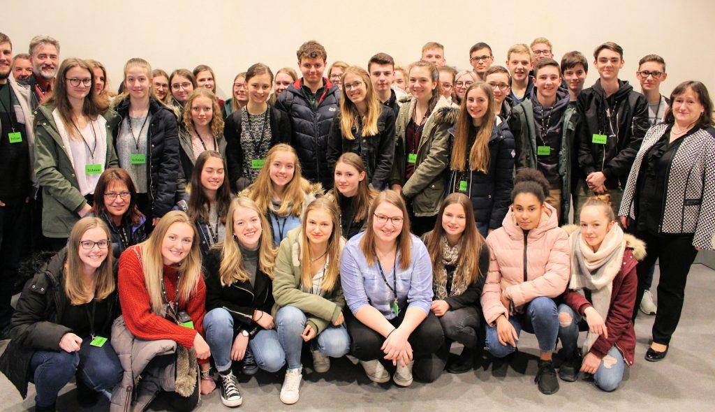 Schulklassen des Ortenburg-Gymnasiums Oberviechtach besuchen MdB Marianne Schieder in Berlin