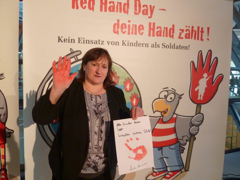 MdB Marianne Schieder engagiert sich am Red Hand Day