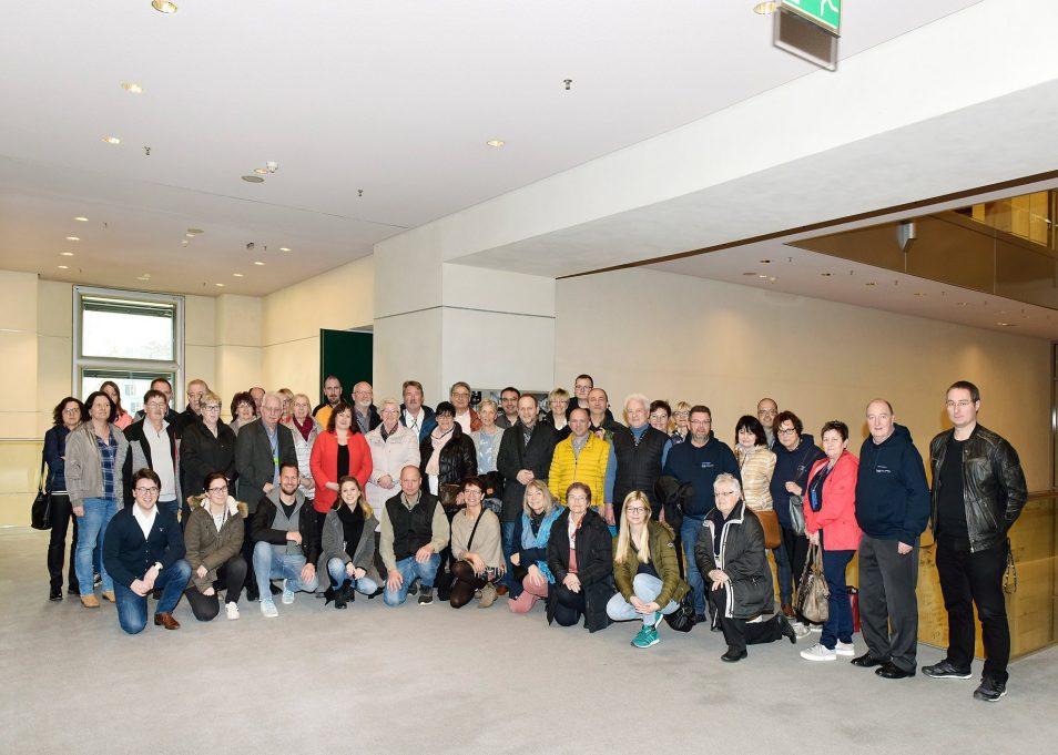 45 Besucherinnen und Besucher aus der Oberpfalz sind zu Gast bei MdB Marianne Schieder (Foto: Bundesregierung / Volker Schneider).