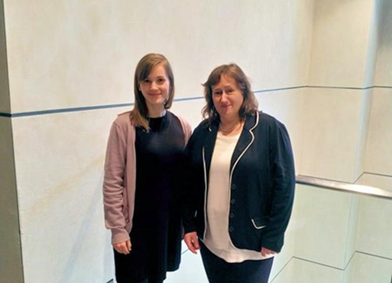 MdB Marianne Schieder gewährte Marielisa Kleiser Einblicke in ihre Arbeit.