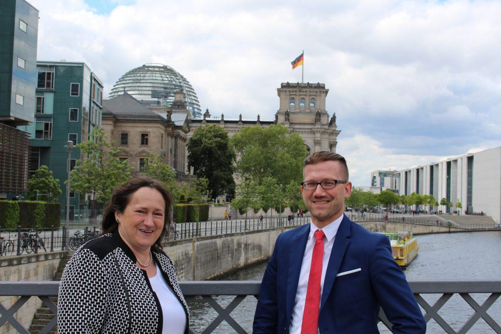 undestagsabgeordnete Marianne Schieder und Vorstandssprecher der Wirtschaftsjunioren Schwandorf Martin Stahl