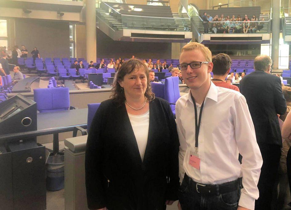 Planspiel im Bundestag: Simon Heimerl mit MdB Marianne Schieder (Foto: Peter Wein)