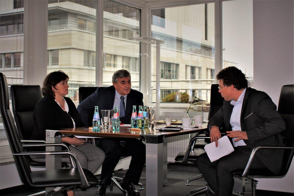 Die Bundestagsabgeordneten Marianne Schieder und Karl Holmeier im Gespräch mit Paul-Georg Garmer von TenneT (v.l.n.r.). (Foto: Franz Neugebauer).