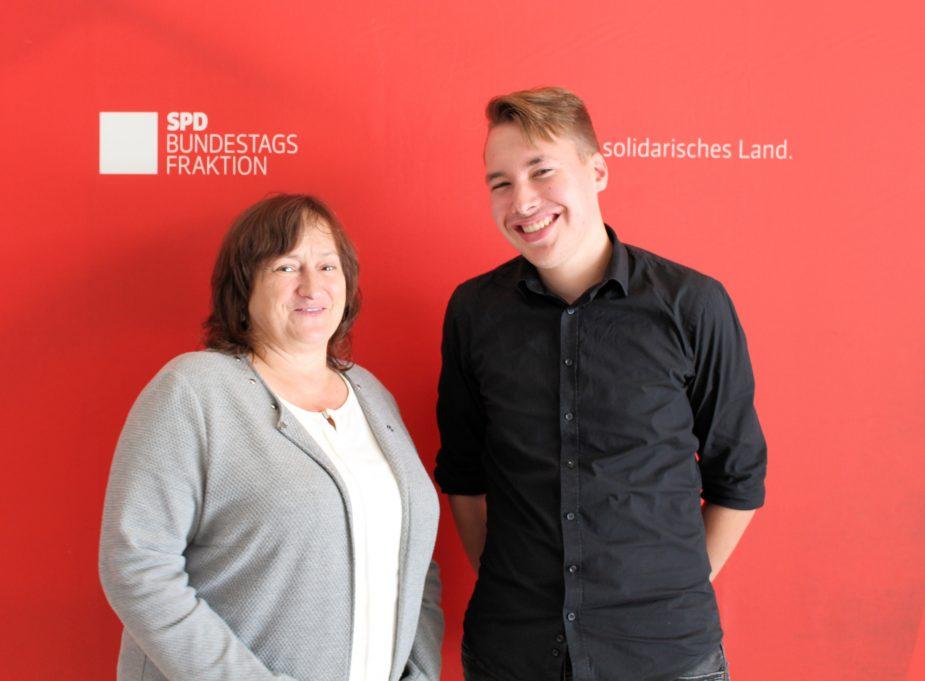 Informationen über Politik und Medien: Nachwuchsjournalist Maximilian Wanner mit MdB Marianne Schieder