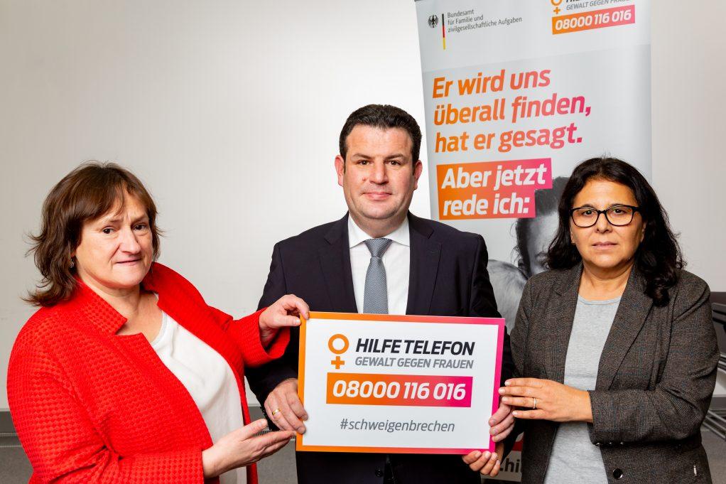 Die SPD-Abgeordneten Marianne Schieder (links) und Gülistan Yüksel setzen mit Bundesarbeitsminister Hubertus Heil ein Zeichen gegen Gewalt an Frauen.
