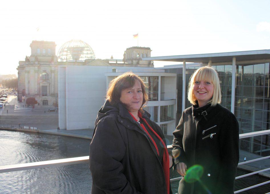 MdB Marianne Schieder mit ihrer Praktikantin Maria Antonia Kammermeier auf dem Weg zum nächsten Termin.