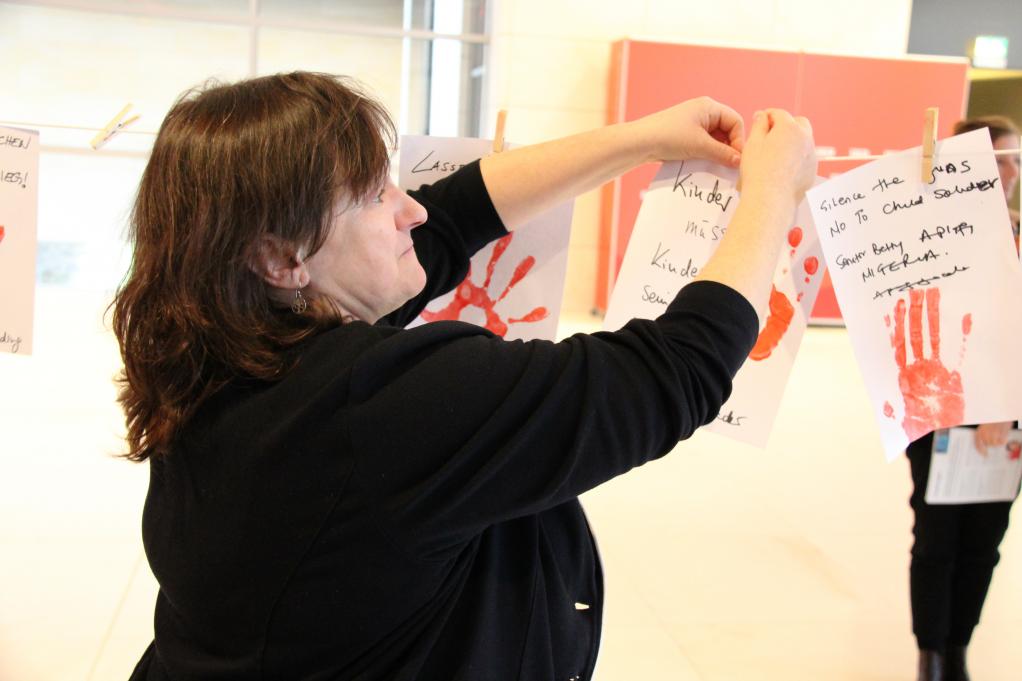 """MdB Marianne Schieder unterstützt die Aktion """"Rote Hand"""""""