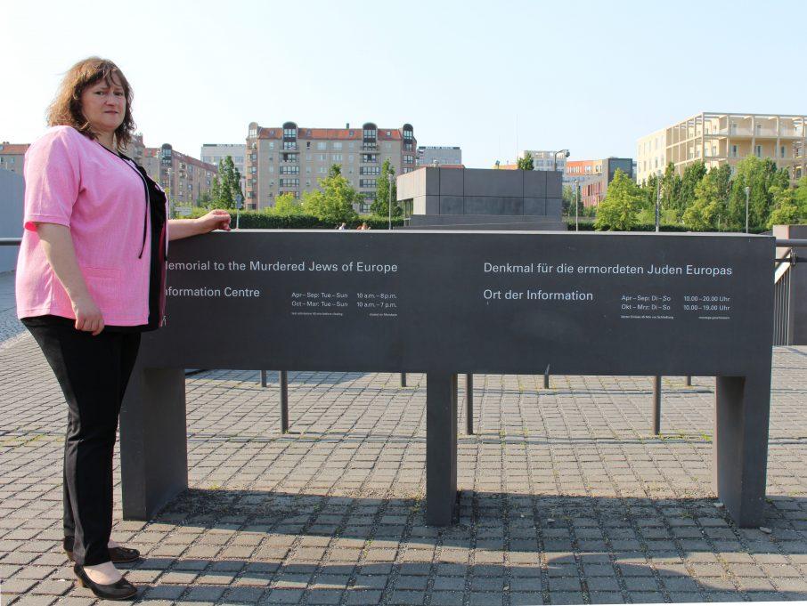 MdB Marianne Schieder am Denkmal für die ermordeten Juden Europas in Berlin.